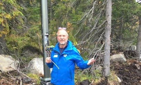 TYVERI: Einar Rist, leder i Rjukan IL, viser fram ledningsstumpene etter at tyvene har vært på ferde i den nye langrenns- og sykkelveien som er i ferd med å bygges rundt Kvitåvatn. Politiet etterforsker saken.