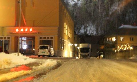 DE FØRSTE: De første leiebilenefra Bærum Billeie med utstyr var på plass utenfor Rjukanhuset onsdag kveld.