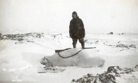 UREDD: Til tross for sine 157 cm var ikke Wanny Wolstad redd for å hanskes med de store isbjørnene på Svalbard. Foto: Svalbard museum