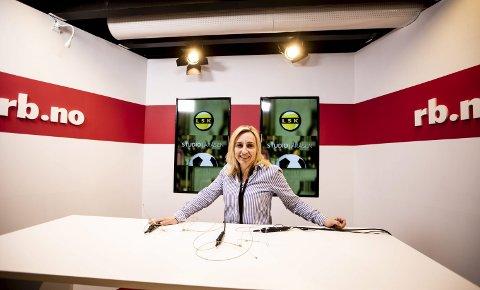 NYTT STUDIO: Journalist Linda Ingier på plass i studioet i redaksjonslokalene som er utvidet og har fått ny dekor.begge FOTO: TOM GUSTAVSEN