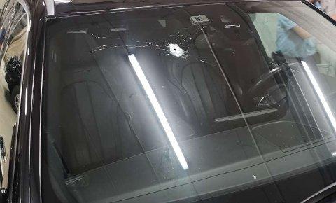 BESKUTT: Denne bilen ble beskutt på Skårersletta tirsdag kveld. Sjåføren ble ikke truffet av skuddene.