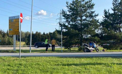 En bil og en motorsykkel var involvert i ulykken søndag ettermiddag.