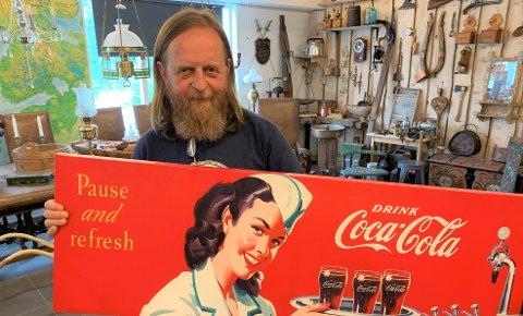 POPULÆRT: Tormod Nysveen med reklame for en kjent merkevare. Coca-Colas historie går tilbake til 1886. Mange samlere jakter på Cola-effekter.