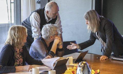RØED SVARER: Askers ordfører, Lene Conradi (t.h.), i dialog med Hurum-politikerne Monica Vee Bratlie (H), Heidi Sorknes (H) og Trond Røed (Frp).
