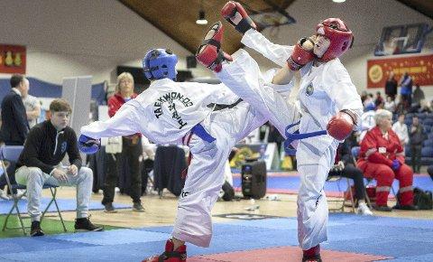 SPARRING: Oliver Jenstad (14) i blå hjelm fikk inn en fulltreffer i sparring. Foto John Gjertsen