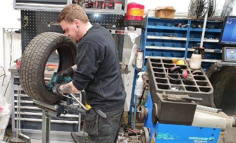 MISTENKELIG MANGE: Jona Torgersen ved Hurum Dekk har en travel dag med reparasjoner etter at et 20-talls bilførere har tatt kontakt etter å ha oppdaget skrue i dekket.