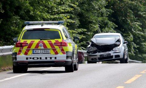 KJEDEKOLLISJON: Tre biler støtte sammen på Gamle Sørlandske mandag. Det ble til dels store materielle skader.