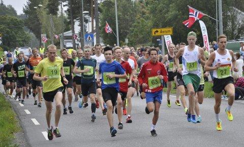MILLØPET: Startskuddet har gått for Kodalmila 2016 og de ivrige løperne legger ut fra start. Kampen om seieren skulle etter hvert stå mellom Håkon Skarsholt (med nummer 19) og Jens Bøhmer (nummer 27).ALLE FOTO: ANN KRISTIN SAASTAD