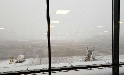 TETT TÅKE: Flere fly har fått trøbbel med å ta av og å lande.