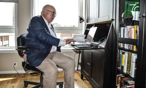 SKRIVESTUE: Trond Vernegg har for lengst tatt det éne av de tre soverommene i bruk til skriverier, både i medier og bokform.