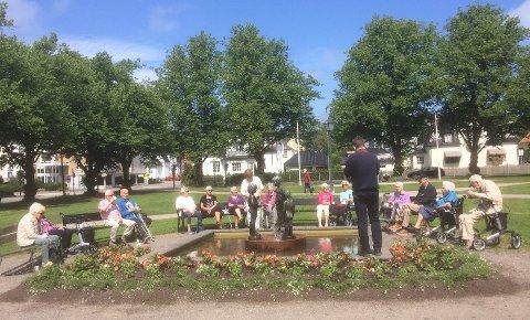 KAFFEPAUSE: Alle som ønsker kan få en kaffe og en prat i Kirkeparken på tirsdager.
