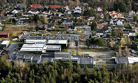 STOR: Bygningsmassen til Greåker videregående skole er langt større enn det Sarpsborg kommune har behov for til en ungdomsskole. Hva en skal gjøre med resten av bygningsmassen er en av utfordringene kommunen må finne svar på i løpet av den nærmeste måneden, hvis den skal kjøpe bygningsmassen.