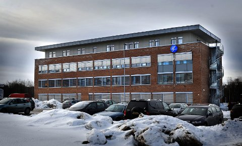 PÅGANG: Snøfallet har skapt stor trafikk ved kundesenteret til If på Grålum.