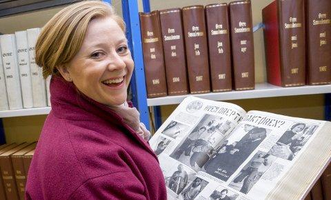 GAMLE MINNER: Guri Norstrøm (36) ler godt når hun blar gjennom gamle årganger av Øvre Smaalenene fra 1996-2000, da hun tok steget inn i journa     listikken som medlem i ungdomsredaksjonen Øvre Grense 22. Her er mange gamle artikler å mimre tilbake til – blant annet påskekrimmen fra 1997: «Hvem drepte redaktør Bentzen?». Guri er selv på bil       det øverst til høyre.