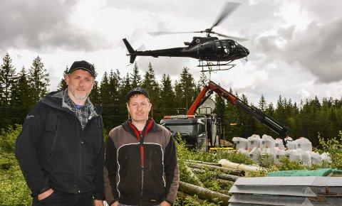 Gevinst: Espen Carlsen (f.v.) i skogeierandelslaget Glommen skog, og skogeier Øystein Mørk forventer både økonomisk og miljømessig gevinst av gjødslingen.