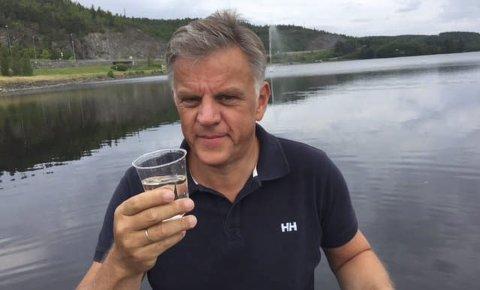 Rent og fint: Vidar Østenby, utviklingssjef i Marker kommune, drikker gjerne vannet rett fra Rødenessjøen. – Det ser veldig klart og fint ut, sier han fornøyd.