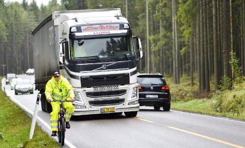 SMÅ MARGINER: Det er ikke mange centimeterne å gå på når et vogntog passerer en syklist på fylkesvei 120 i Hobøl. Jonny Krogh opplevde å bli tatt av dragsuget og slengt i grøfta. Vogntoget på bildet bremset kraftig ned før passering.