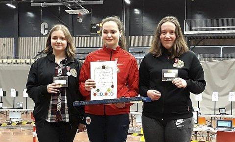 TO GULL: Pistolskytter Ann Helen Aune (i midten) stilte på to øvelser i NM-veka og fikk med seg to gull. Det ene gullet måtte hun imidlertid dele med en konkurrent. Det til tross for at hun hadde beste resultat.  ARKIVFOTO