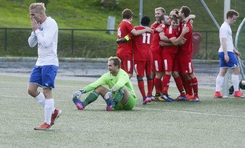 DEPPER: Målscorer Thomas Bøhren (t.v.) og målvakt Martin Løken (sittende) måtte bare innse at den svake hjemmestatistikken til seriens suverent beste bortelag – Spydeberg – fortsatte. 1-0-ledelse ble til 1-2-tap for Lervik. ARKIVFOTO