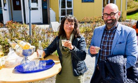 Gleder seg: Kristin Lippestad som er avdelingsleder for innbyggertorget på Tomter og seksjonsleder John Firing i kommunen, kunne heve glassene for å glede seg over at det kommer et nytt innbyggertorg på Tomter om et par år.