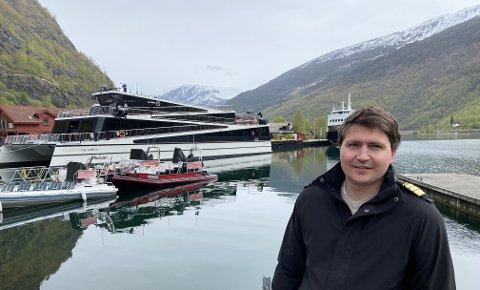FRUSTRERT: Hamnesjef Tor Mikkel Tokvam framfor elbåten Future of The Fjords. – Dette er den einaste båten som i dag siglar på verdsarvfjordane som vil innfri krava om nullutslepp frå 2026.