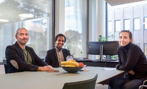 Det er god stemning på ordførerens kontor. Fra venstre: Tom Henning Slethei, Hamza Ali og Trine Ottosen.