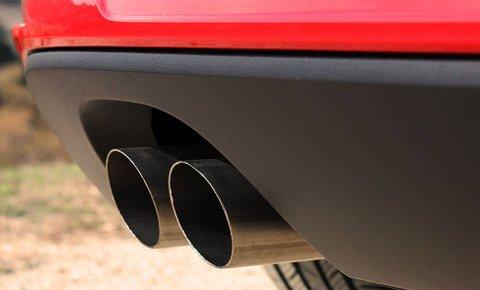 """Ut av eksosrørene på denne VW-en kan det komme opptil 40 ganger mer miljøskadelige NOX-gasser enn hva testene viste med """"jukse-programvare""""."""