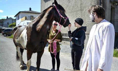 – elsker oppmerksomhet: Melody (6) er den fødte teaterhest, forklarer eier Malene Lassen produsent Alexandra Tveit og skuespiller Svend Erichsen.