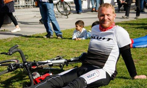 Ådne Naper fra Skien var egentlig på vei til Tønsberg men fant ut at dagens etappe av Tour of Norway endte i Sandefjord - Da måtte han stoppe for å få med seg målgangen. Foto: Simen Trandem