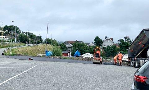 UTVIDER: Parkeringsplassen ved Heistadstranda får nå flere oppmerkede plasser. Asfaltarbeider ble utført torsdag.