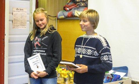 Ingeborg Hovdejord og Ea Lysbakken med ferdighetsmerke i gull.