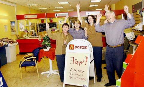 Bente Sundsøy Opsahl (fra venstre), Marit Thomassen, Britt-Unni Raanes og Arnt Kulø gledet seg over tittelen Norges beste postkontor i 2004.