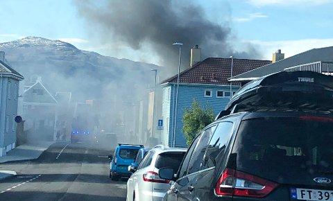 Det brenner ved Johan P. Clausens gate i Kristiansund tirsdag formiddag.