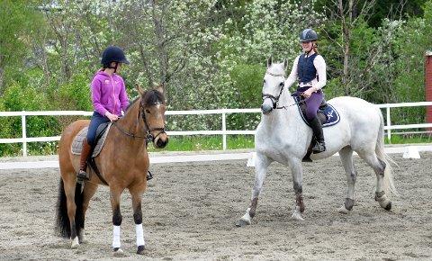 Sofie Stene Brattøy på hesten Sultan og Esther Ludvigsen Berge på hesten Wuschel.