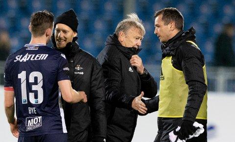 Rosenborg-trener Åge Hareide (nummer to fra høyre) mener det er på tide at laget kommer i gang med kamper igjen. Her fra kampen mot KBK i Kristiansund i oktober i fjor.