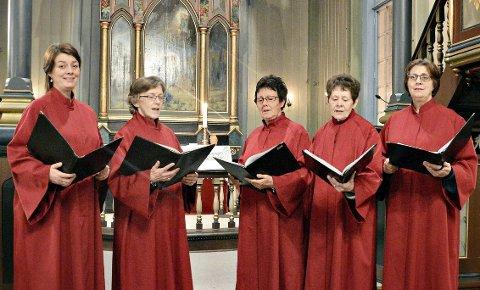 Nokre av songarane: Nora Bøe (frå venstre), Kari Sæther, Kirsten Baadnæs Bøe, Inger Garthe og Randi V. Bøe. Til konserten stiller eit dusin songarar frå «Prosjekt 17» - som også er arrangør for Jonsvaka 2021. 8Foto: Bernt G. Bøe