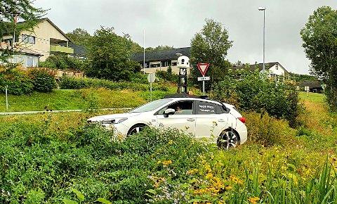 Bilen fra Apple på vei ut av et boligfelt på Liabø i Halsa mandag.
