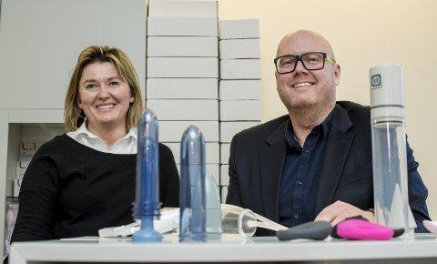 HJELP TIL SEXLIV: Bergensfirmaet Quintet er et av to firma som tilbyr medisinsk seksuelle hjelpemidler for både kvinner og menn med ulike utfordringer. Hanna Solberg er en av to eiere av firmaet og Christer Wiese Bergene er salgs- og markedssjef. FOTO: EIRIK HAGESÆTER