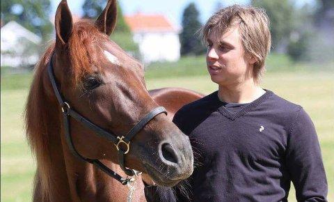 MÅ STENGE: Herman Tvedt er travtrener på Jarlsberg. Stallen er nå stengt inntil det er avklart om en av hestene har blitt smittet av salmonella.