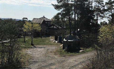 VANSKELIG: Eieren av hytta i Flatåsveien 109 mener han  har havnet i en umulig situasjon på grunn av kommunens egen saksbehandling, og synes det er urimelig at han skal bære hele belastningen.