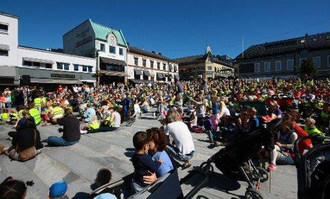 YRENDE LIV: Barn i byen på Torvet.