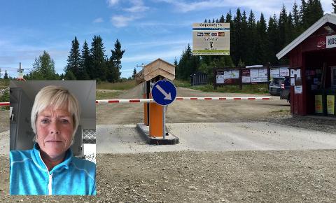 SNIKER SEG GJENNOM: Haldis Stenseth er leder i styret for Fåvang Østfjell hytteforening, og har hørt snakk blant hyttefolket om at årskortet på 2000 kr er for dyrt. Det fører til at flere velger å snike seg igjennom bommen.