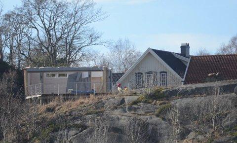 UNDER RIVING: Eieren valgte å rive grillhuset etter kommunens vedtak, fremfor å gå til sak mot staten. Slik så grillhuset ut under rivingen i begynnelsen av mars.