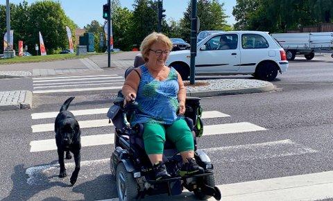 STOR BEHOV: Peggy Rognan har hatt servicehund i sju år. Nå ønsker hun at flest mulig skal få oppleve den samme hjelpen hun får i hverdagen.