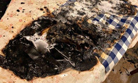 TOK FYR: Plutselig tok det fyr på bordet. Det førte til at hele leiligheten ble fylt av røyk.