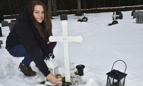 Tenner lys: Kirsten Lovise Moen besøker ofte Holt kirkegård, hvor moren, Marit Moen, er begravet. Foto: Anne dehli
