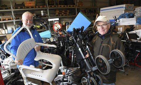 Laster: Leif Inge Jensen og Birger Løvdal i gang med å laste gåstoler og rullestoler. Rundt 10 personer var med i dugnadsgjengen som fylte traileren med masse forskjellige utstyr sist torsdag.