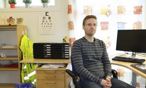Tormod Akeren er bosatt i Tvedestrand, og har i flere år jobbet som kommuneoverlege i Gjerstad. Nå ønsker han seg mer tid til pasienter, og har sagt opp kommuneoverlege-delen av stillingen sin. Legekontoret i Gjerstad kommune er på Brokelandsheia.