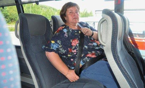 FORTVILET SITUASJON: Anita Volden har pendlet med buss i om lag 13 år. Det var først i sommer, da nye busser var på plass, at hun for første gang opplevde at sikkerhetsbeltene var for korte. Foto: Kine Therese Vik-Erstad