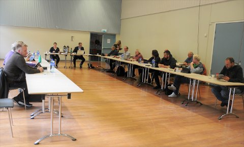 I samfunssalen: Et av koronatiltakene i Etnedal kommune er å holde kommunestyremøtene i samfunnssalen på Etnedal skule.